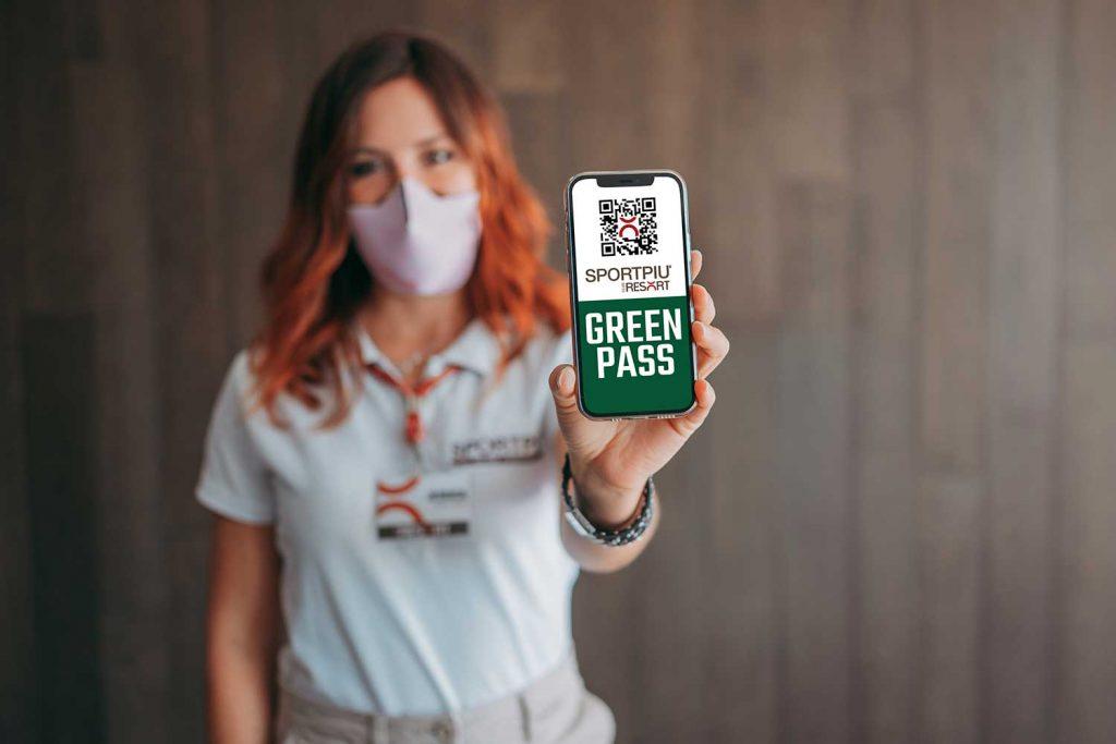 Ragazza con green pass